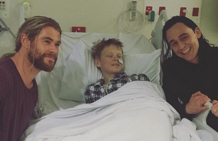 Tom Hiddleston and Chris Hemsworth visit 80 children at hospital!